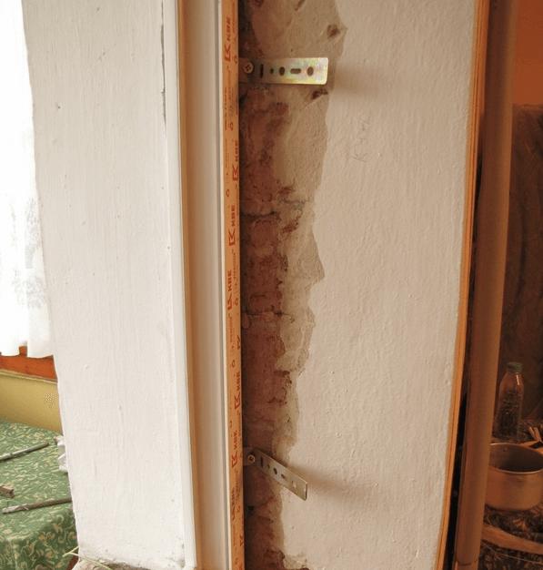 Крепим пластины к стене