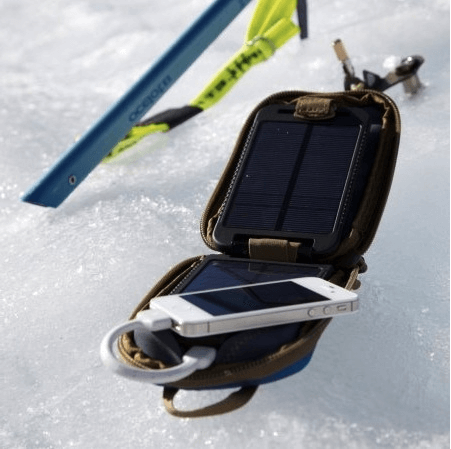 powertraveller solarmonkey adventurer  в процессе зарядки гаджета