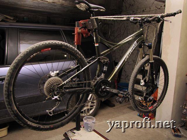 Велосипед Specialized Expert XC на стойке для обслуживания