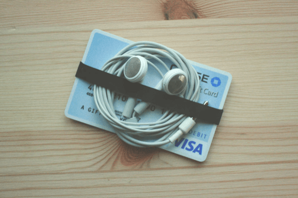 Холдер из пластиковой карты для проводов наушников