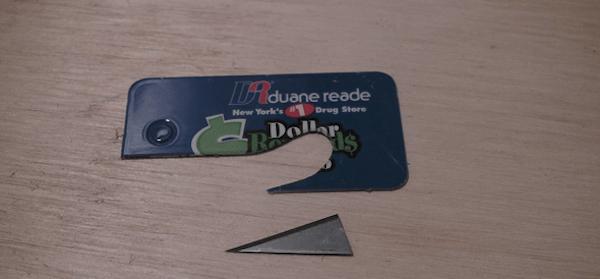 Поделки из старых пластиковых карт - полезное применение в быту и на работе