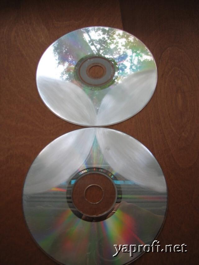 Обрабатываем наждаком поверхность дисков