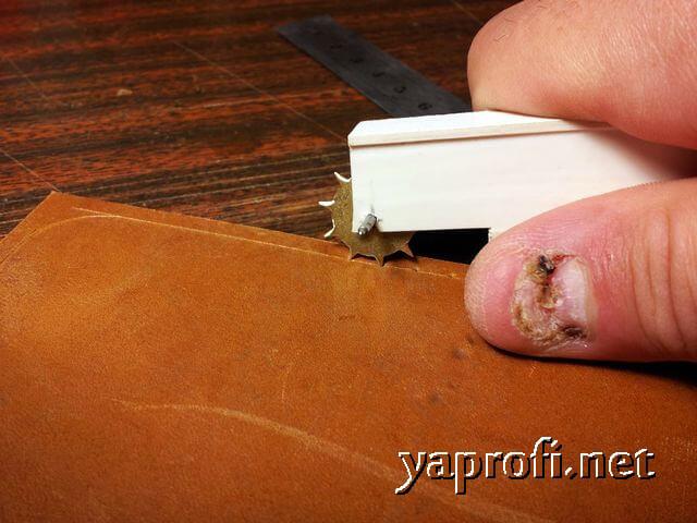 Размечаем отверстия в заготовке кожи