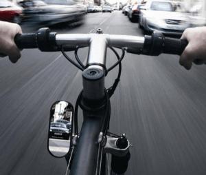 Велосипедная езда в городском потоке