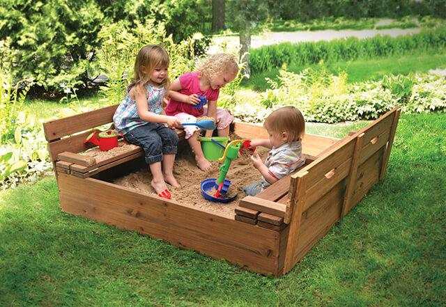 Счастливые дети на детской площадке
