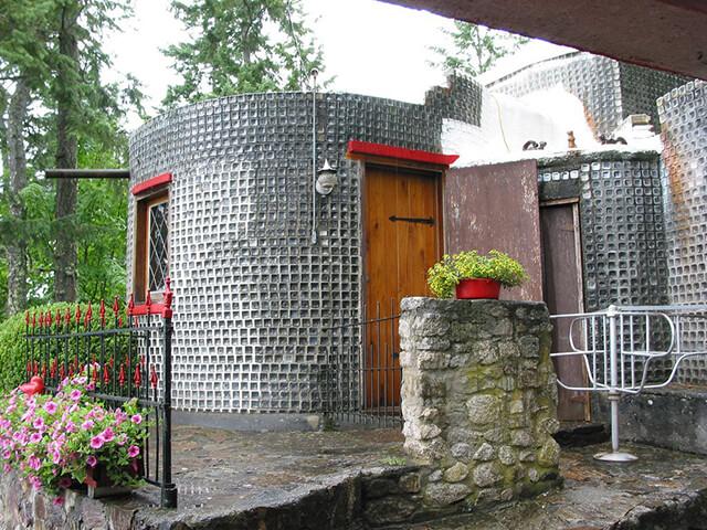 Стены дома из бутылок