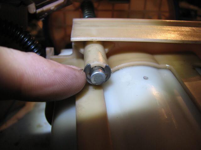 Освобождаем фильтр от топливного насоса