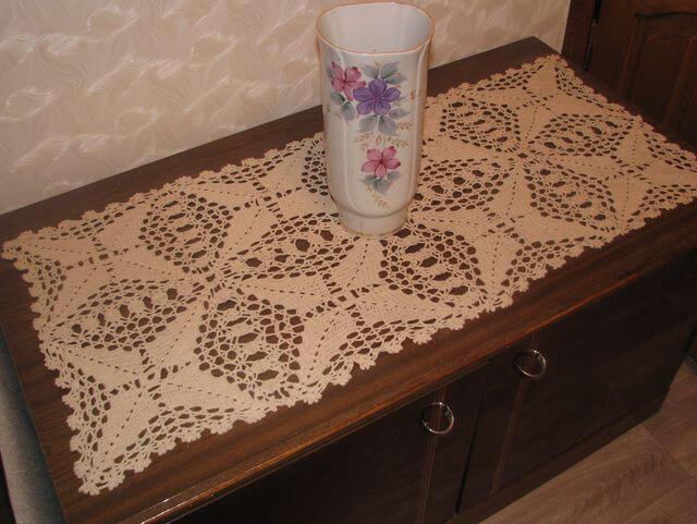 Декор на вязанной салфетке