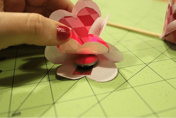 Фиксируем батарейку на лепестке цветочка