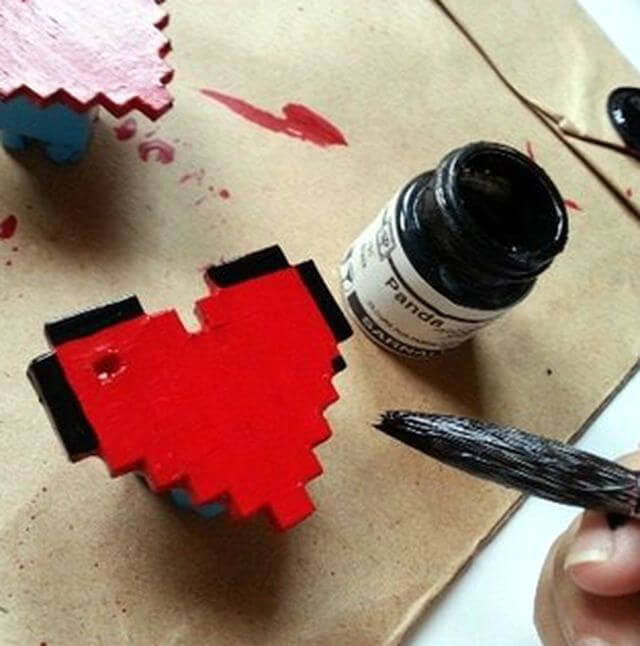 Наносим черную краску на края сердца