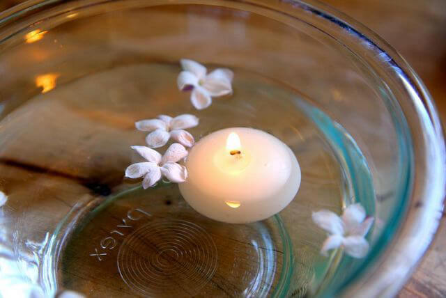 Свеча в тарелке с водой