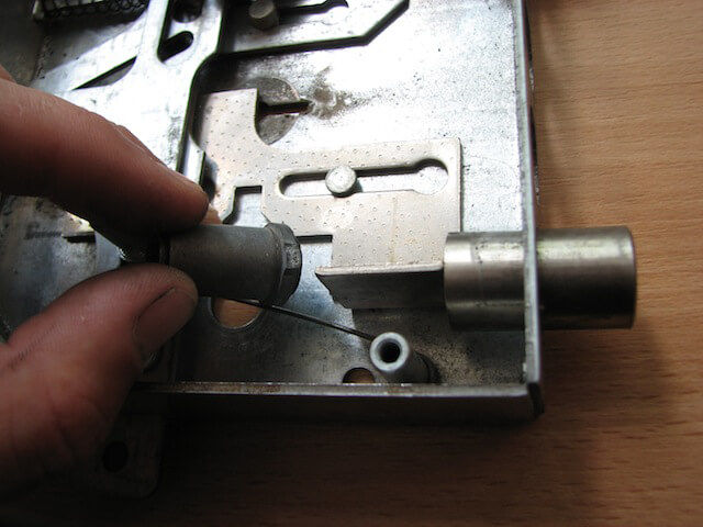 Вынимаем втулки механизма закрытия изнутри