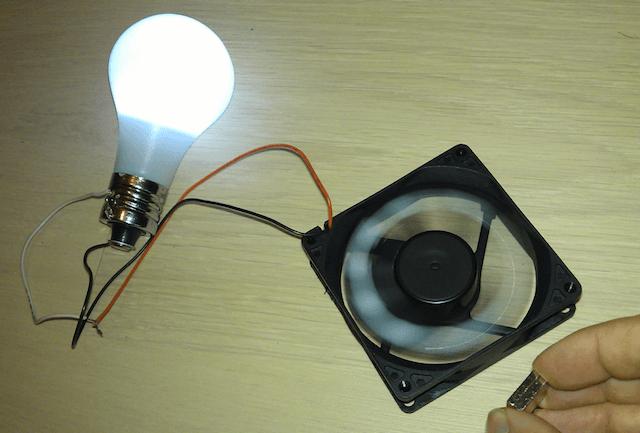 Генератор из кулера и магнитов вырабатывает электричество