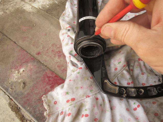 Снимаем сальники вилки